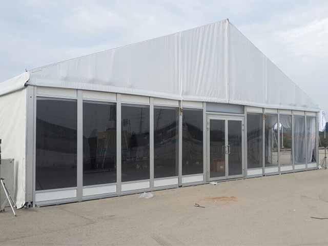 אוהל זכוכית ורצפה